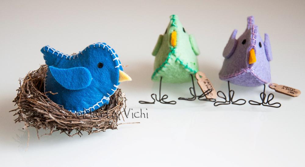 Uccellino azzurro, uccellini verde mela e lilla con zampine in fil di ferro.